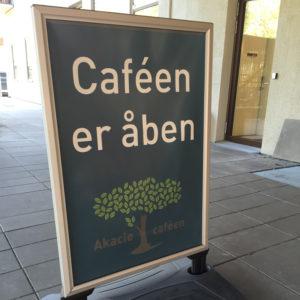 Akacie Cafeen - Gadestander og plakat